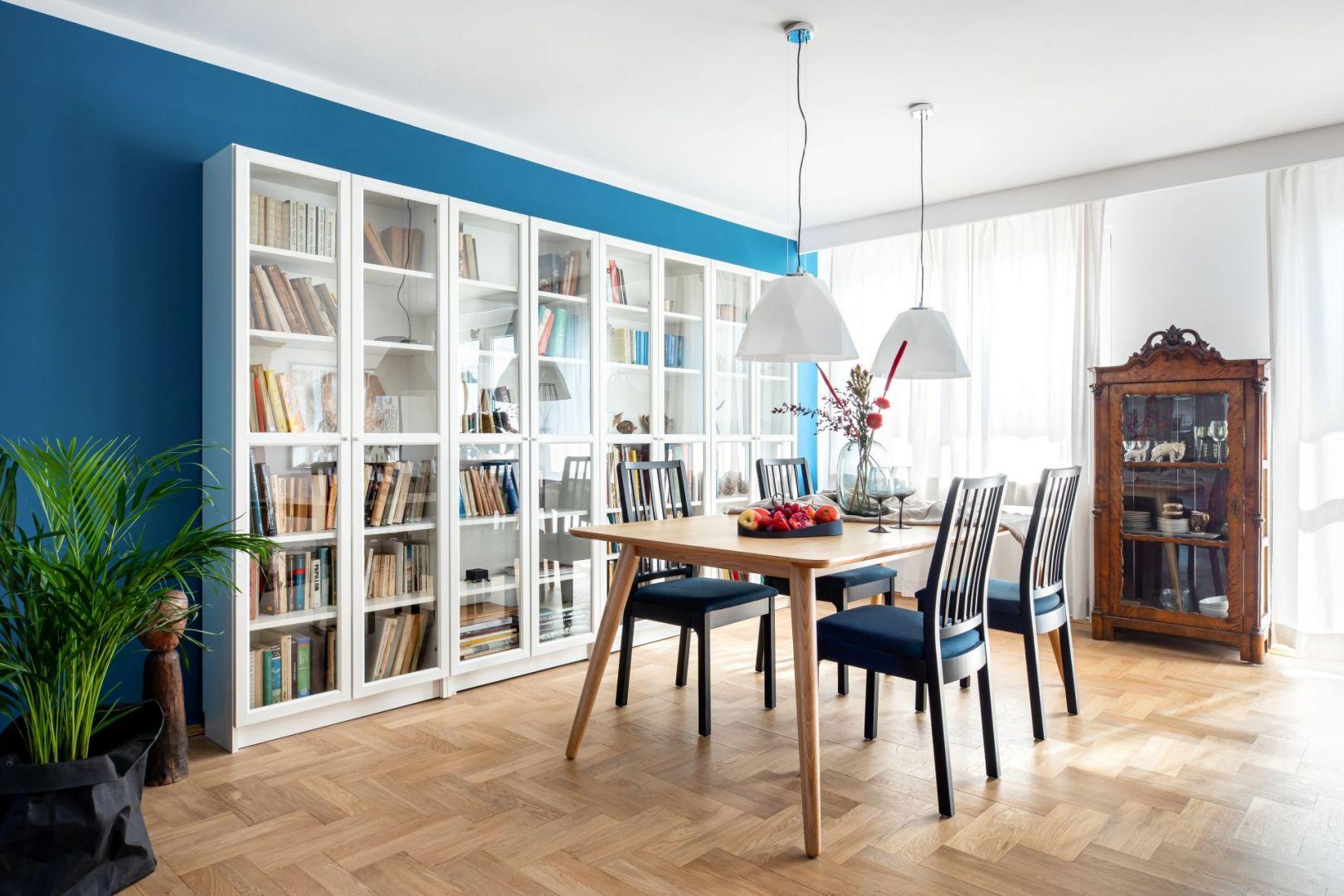 Biała przeszklona szafa to miejsce na książki i pamiątki właściciela. Projekt: Maria Nielubszyc, pracownia Pura Design. Fot. Jakub Nanowski