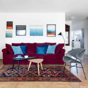 Przy welurowej kanapie stanęły drewniane stoliki marki 366 Concept. Projekt: Maria Nielubszyc, pracownia Pura Design. Fot. Jakub Nanowski
