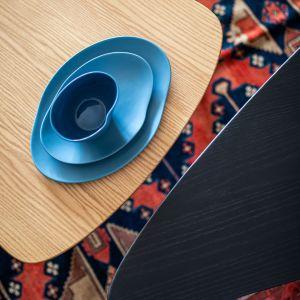 Niebieska ceramika z pracowni Modus Design artysty Marka Cecuły. Projekt: Maria Nielubszyc, pracownia Pura Design. Fot. Jakub Nanowski