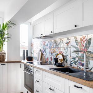 W kuchni zachwycają botaniczne hiszpańskie płytki nad blatem. Projekt: Maria Nielubszyc, pracownia Pura Design. Fot. Jakub Nanowski