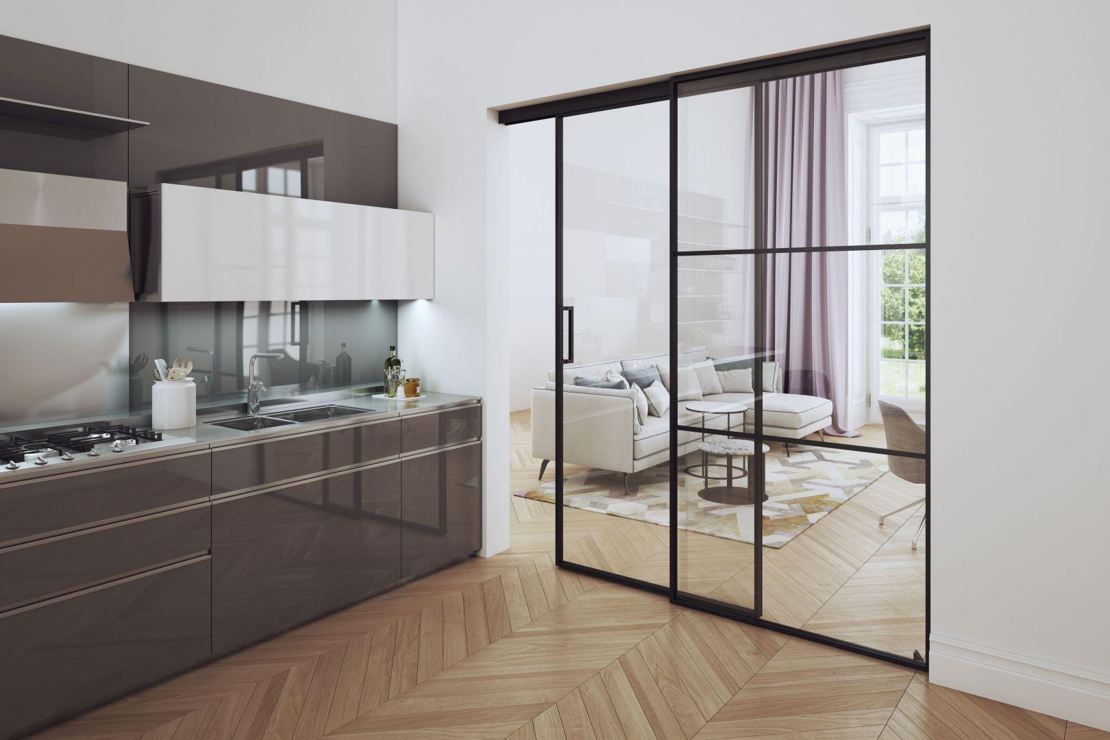 Aluminiowe drzwi przesuwne mogą być wypełnione tylko szkłem lub częściowo płytą. Fot. Komandor