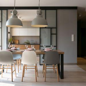 Szklane drzwi z czarnymi szprosami wydzielają kuchnię od jadalni. Projekt wnętrza: MIKOŁAJSKAstudio. Zdjęcia: Jakub Dziedzic Wnętrza Kraków