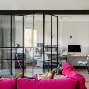 Mieszkanie pełne kolorów - piękny apartament we Wrocławiu. W całości przeszklona, przesuwna ścianka pełniąca też rolę drzwi w salonie. Projekt: Finchstudio. Fot. Aleksandra Dermont Ayuko Studio