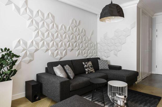 Ścianę za kanapą w salonie warto wyeksponować. Zobaczcie jak to zrobić?