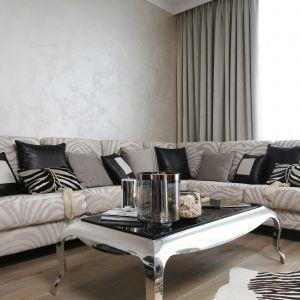 Ścianę za kanapą w salonie zdobi dekoracyjny stiuk. Projekt Karolina Łuczyńska. Fot. Bartosz Jarosz