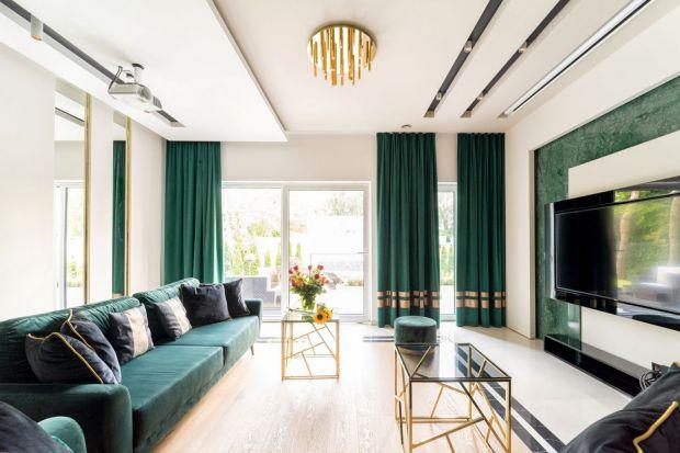 Jakie zasłony wybrać do salonu? Jasne czy ciemne? Z wzorem czy bez? Zobaczcie świetne pomysły na nowoczesną aranżacje okien w salonie.