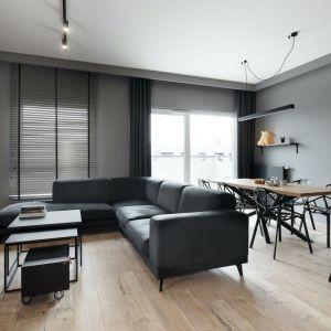 Czarne zasłony w nowoczesnym salonie urządzonym w ciemnym kolorach wyglądają super. Projekt: Anna Gostomczyk, pracownia 2form. Fot. Norbert Banaszyk