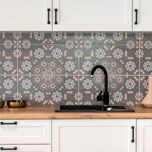 Kolorowe płytki sprawdzą się w białej kuchni. Projekt i zdjęcia Deer Design