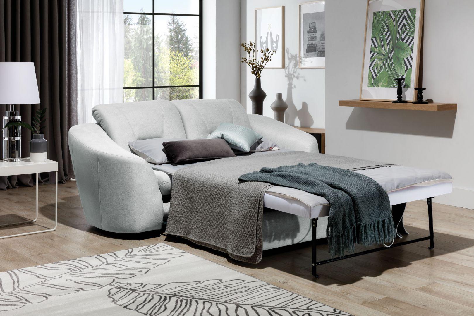 Sofa posiada wygodną funkcję spania. Fot. Stagra Meble