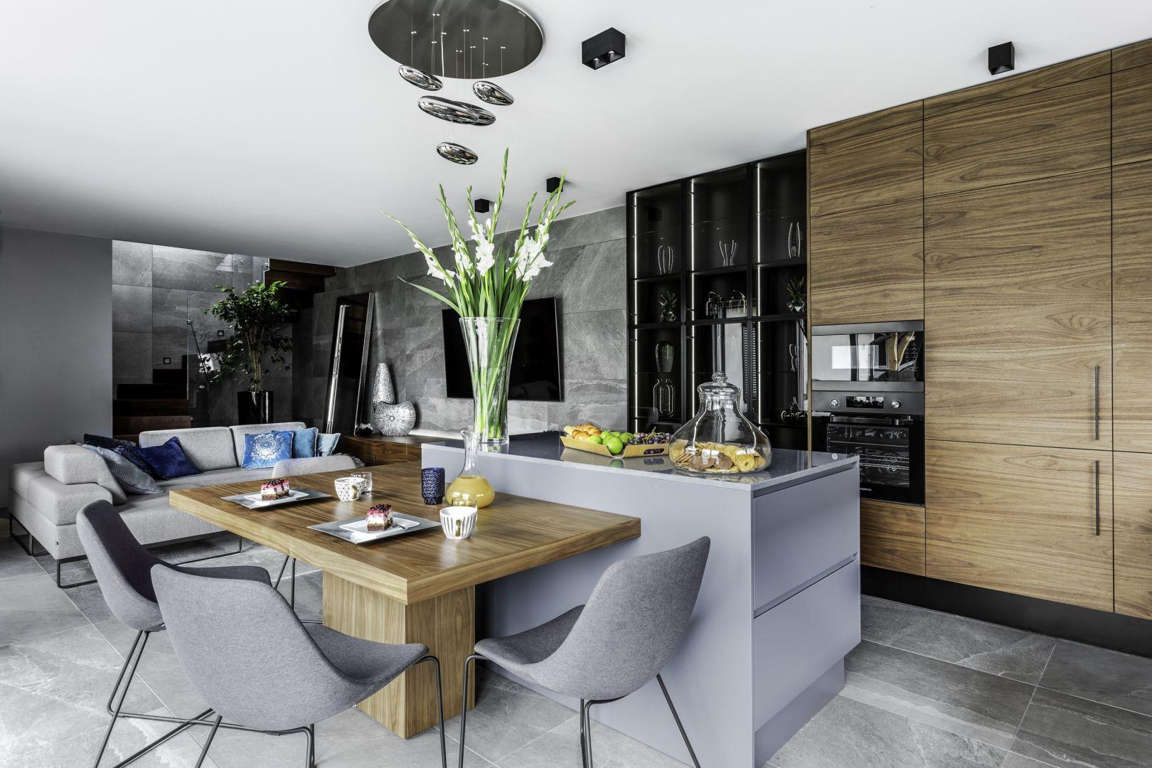 Salon i kuchnia stanowią spójna stylistycznie kompozycję. Projekt Agnieszka Morawiec. Fot. Dekorialove