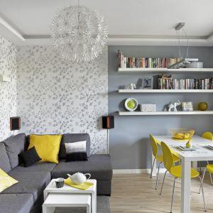 Kolor żółty doskonale ożywia przestrzeń salonu i jadalni. Projekt: Ewa Para. Fot. Bernard Białorucki