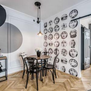 Okrągły stół i drewniane krzesła świetnie pasuję do aranżacji salonu. Projekt: Marta Piórkowska. Fot. Andrzej Czechowicz, Foto Studio Wrzosy