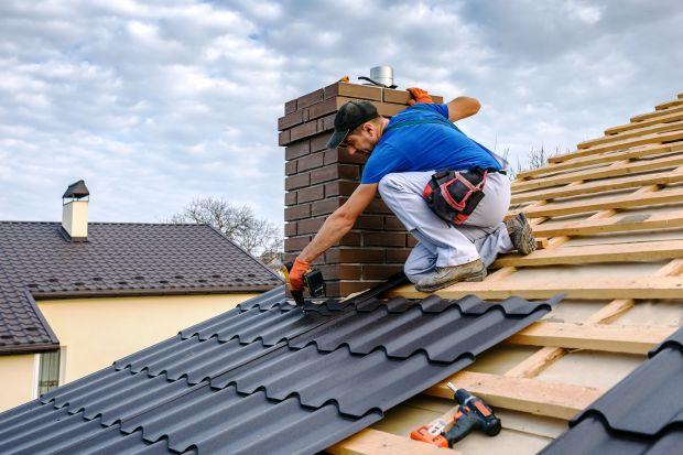 Lepiej zaryzykować i wykańczać dach mimo pogarszającej się pogody, czy też bezpieczniej wstrzymać się z pracami do wiosny? Co może być dla domu większym zagrożeniem? Sprawdźcie.