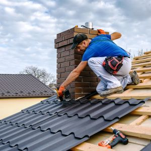 Obawy związane z montażem pokrycia dachowego, a w rezultacie – nie wykonanie tego etapu prac późną jesienią, mogą doprowadzić do licznych błędów, które mogą nas słono kosztować. Zarówno w sensie finansowym, jak i czasowym. Fot. AdobeStock
