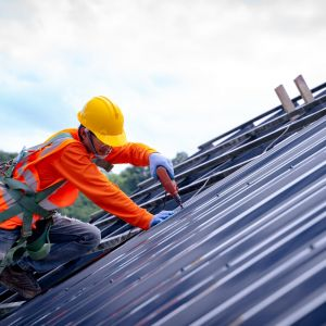 Większym zagrożeniem dla budowy domu jest pozostawienie go na okres zimowy bez należytego zabezpieczenia w postaci dachu, niż jego montaż w okresie późnojesiennym. Fot. AdobeStock