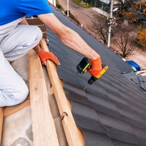 Za tym, żeby zdążyć z montażem pokrycia dachowego przed nastaniem zimy, przemawia wiele istotnych argumentów. Fot. AdobeStock