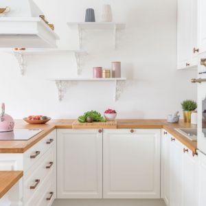 Mała kuchnia w bloku. Projekt: architekt wnętrz Katarzyna Fotek, Decoroom. Zdjęcia i stylizacja Marta Behling, Pion Poziom – fotografia wnętrz.