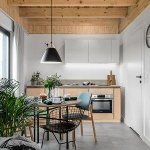 Mała kuchnia w bloku. Projekt: Raca Architekci. Fot. Fotomohito