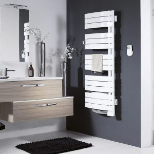 Dzięki funkcji Turbo (Boost) grzejnikami z serii Nefertiti po przygotowaniu łazienki na kąpiel lub prysznic – powracają samoczynnie do normalnego cyklu pracy. Fot. Atlantic Polska