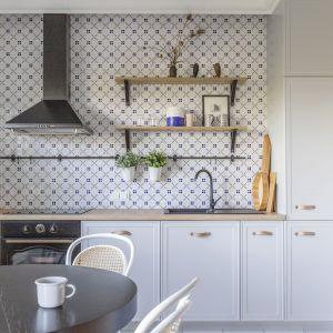 Mała kuchnia w bloku. Projekt: Joanna Dziurkiewicz, Tworzywo studio. Zdjęcia: Pion Poziom