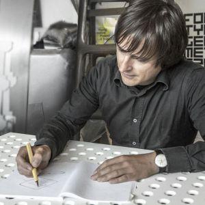 Oskar Zięta jest jednym z najbardziej znanych na świecie polskich designerów. Stworzył technologię FiDU, dzięki której powstają rozmaite stalowe formy o charakterystycznej estetyce i niebywałej wytrzymałości. Fot. archiwum Zieta Studio