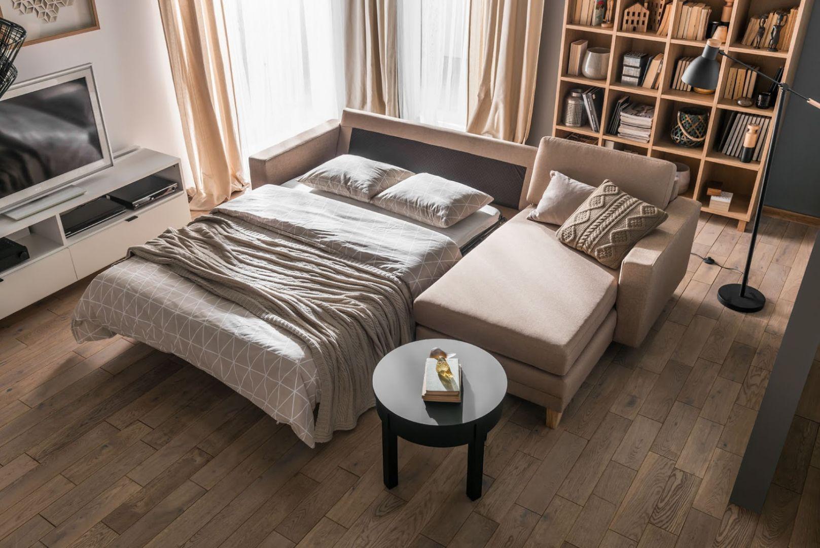 Narożnik z funkcją spania to popularny pomysł na miejsce do spania w salonie. Na zdjęciu model Liam marki VOX. Fot. VOX