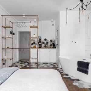 Mała kawalerka, funkcja dzienna połączona z sypialnią, a nawet łazienką. Projekt: Decoroom. Fot. Mateusz Pawelski