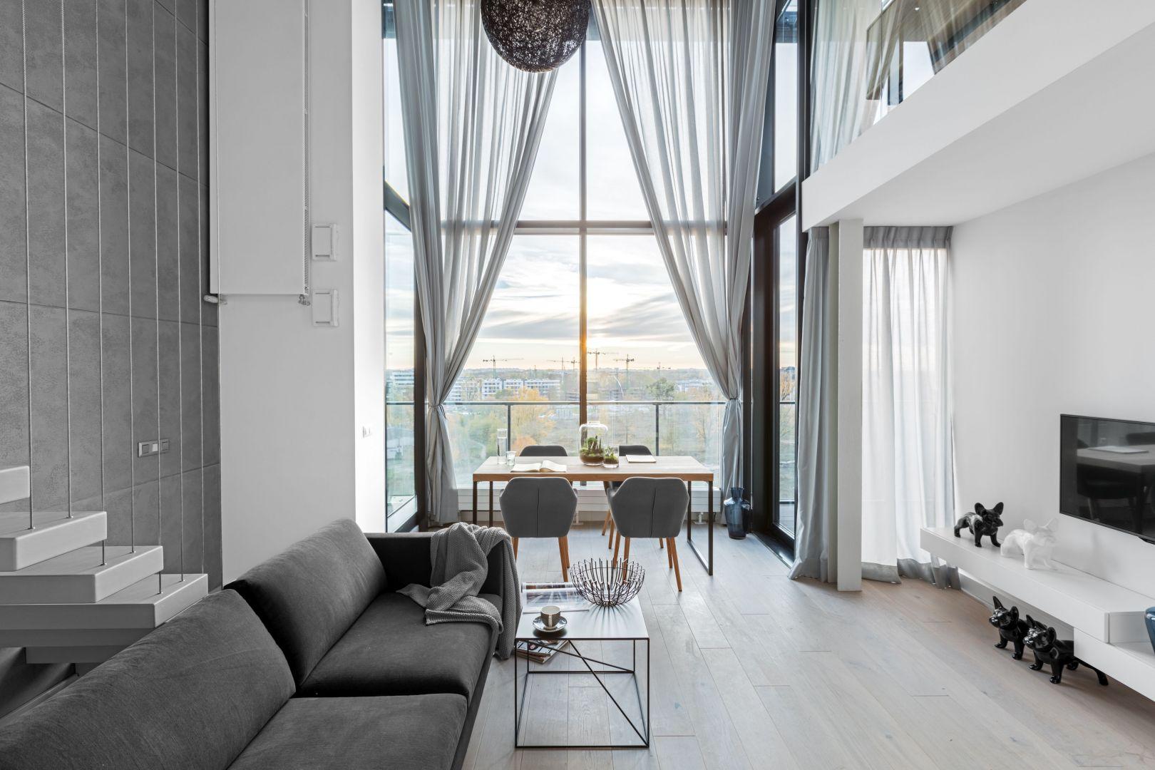 Delikatne zasłony pięknie zdobią okno w nowoczesnym salonie. Projekt i zdjęcia: Decoroom