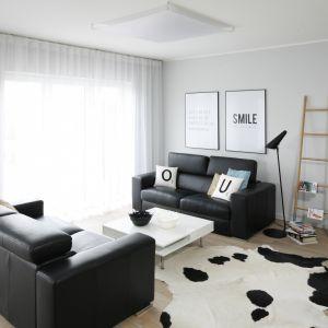 Salon zdominował duet czerni i bieli w równych proporcjach, dla których tło stanowią szare ściany. Projekt: Beata Kruszyńska. Fot. Bartosz Jarosz