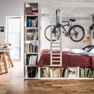 W małej kawalerce możemy postawić na wielofunkcyjne łóżko, które będzie prawdziwym centrum dowodzenia. Na zdjęciu kolekcja 4 You marki VOX. Fot. VOX