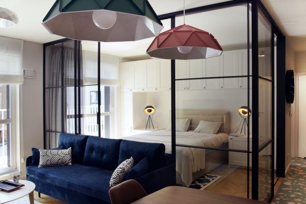 Pokój dzienny z miejscem do spania to rozwiązanie znane nie tylko w kawalerkach. Również w większych mieszkaniach często stajemy przed koniecznością połączeniasalonu z sypialnią. Jak to zrobić?