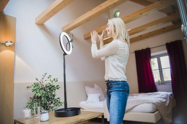 Jak zrobić świetne zdjęcia domediów społecznościowych? W tym niełatwym zadaniu pomoże nam kompaktowa lampa pierścieniowa Led z wyzwalaczem Bluetooth i pilotem sterującym. Sprawdzi się także jako statyw.