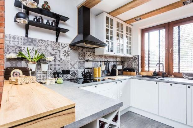 Jasna kuchniato częsty wybór w naszych mieszkaniach.Jeśli marzysz omeblach kuchennychw odcieniu bieli, beżu czy jasnej szarości, koniecznie zobacz naszą galerię pięknych zdjęć jasnych kuchni! Mamy 15 dobrych projektów!