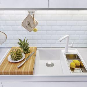 W białej i bardzo jasnej kuchni najlepszym wyborem będzie biały lub beżowy zlewozmywak i dopasowanego do niego kolorystycznie bateria. Fot. Blanco/Comitor