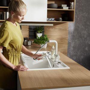 Biały zlewozmywak i bateria kuchenna świetnie pasują do modnych drewnianych blatów kuchennych. Fot. Blanco/Comitor