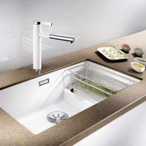 Biała bateria i zlewozmywak w kuchni. Blanco/Comitor