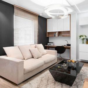 W tym małym salonie dominuje biel i czerń, przełamane pastelowymi detalami. Projekt: Estera i Robert Sosnowscy / Studio Projekt. Fot. Fotomohito