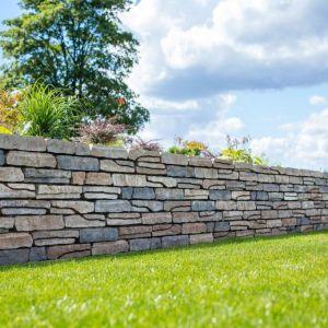 """Polbruk Albero swoim wyglądem przypomina współczesną wersję układanych z kamieni polnych murków granicznych, tak dobrze znanych z krajobrazów Szkocji czy Włoch. Z Albero można zbudować zarówno donice, jak i """"obudowę"""" dla większych klombów kwietnych. Fot. Polbruk"""