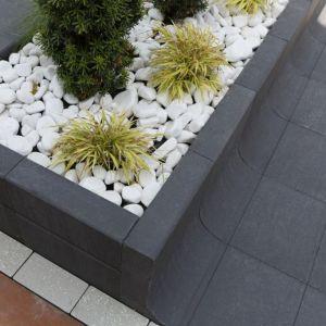 """Polbruk Tigela może być zastosowany jako donica lub murek. Moduł ma wymiar 42x33 cm, wysokość 80 cm i występuje w dwóch kolorach: stalowym i grafitowym. Tigela pozwala na stworzenie """"ramy"""" dla zielonych przestrzeni. Fot. Polbruk"""