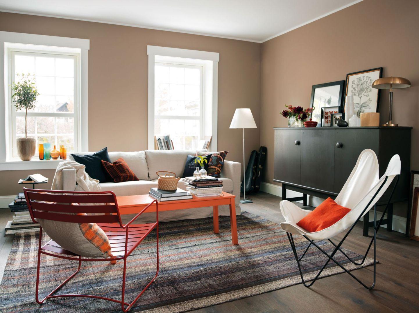 W przytulnym i nastrojowym salonie sprawdzą się ciepłe kolory na ścianach. Fot. Beckers