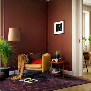 Pomysł na ciepłą i przytulną aranżację salonu - ciepła głęboka kolorystyka ściany to strzał w dziesiątkę! Fot. Beckers