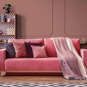 Propozycja przytulnego i nastrojowego salonu w pięknyc i ciepłych odcieniach różu. Fot. Dekoral