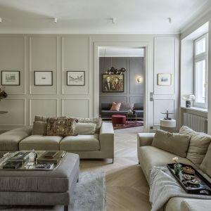 Najciekawszą częścią tego wnętrza jest niewątpliwie salon. Jego niepowtarzalny charakter uzyskano dzięki zaakcentowaniu dużych okien, użyciu sztukaterii i wysokich listew przypodłogowych oraz drewnianej podłodze we francuską jodełkę. Fot. Yassen Hristov. Stylizacja: Patrycja Rabińska