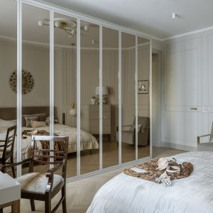 Szafa ze szklanymi frontami w sypialni. Fot. Yassen Hristov. Stylizacja: Patrycja Rabińska