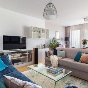 Ciepły i przytulny salon - całość ociepla dywan i dodatki w postaci tkanin. Projekt: Katarzyna Rohde. Fot. Marta Behling, Pion Poziom