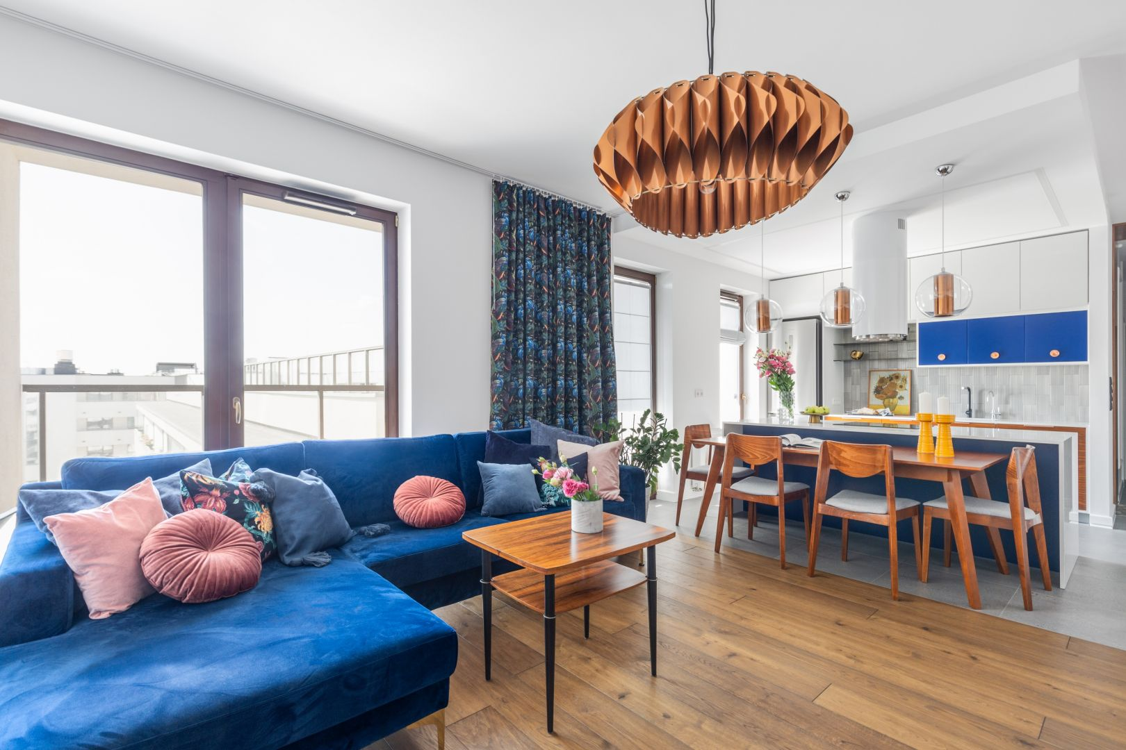 Klasyczny, zwykły stół stanowi naturalną, subtelną granicę między kuchnią i salonem. Projekt Joanna Rej. Fot. Pion Poziom