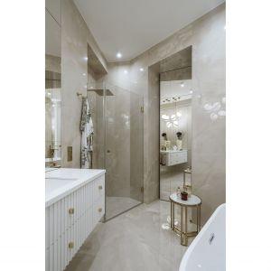 W przestronnej łazience mam również prysznic. Zdjęcia: Yassen Hristov. Stylizacja: Patrycja Rabińska