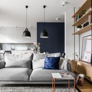 Lampy wiszące nad stołem to model Bell marki Normann Copenhagen. Autorzy projektu: Raca Architekci. Zdjęcia: foto&mohito