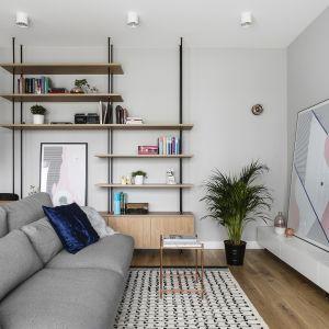 W strefie wypoczynkowej na podłodze znalazł się dywan Macka od Bo Concept. Autorzy projektu: Raca Architekci. Zdjęcia: foto&mohito