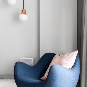 Fotel: Vzór, RM58 Soft (Lumann Design). Lampa pochodzi z oferty marki &tradition (model NA5). Autorzy projektu: Raca Architekci. Zdjęcia: foto&mohito